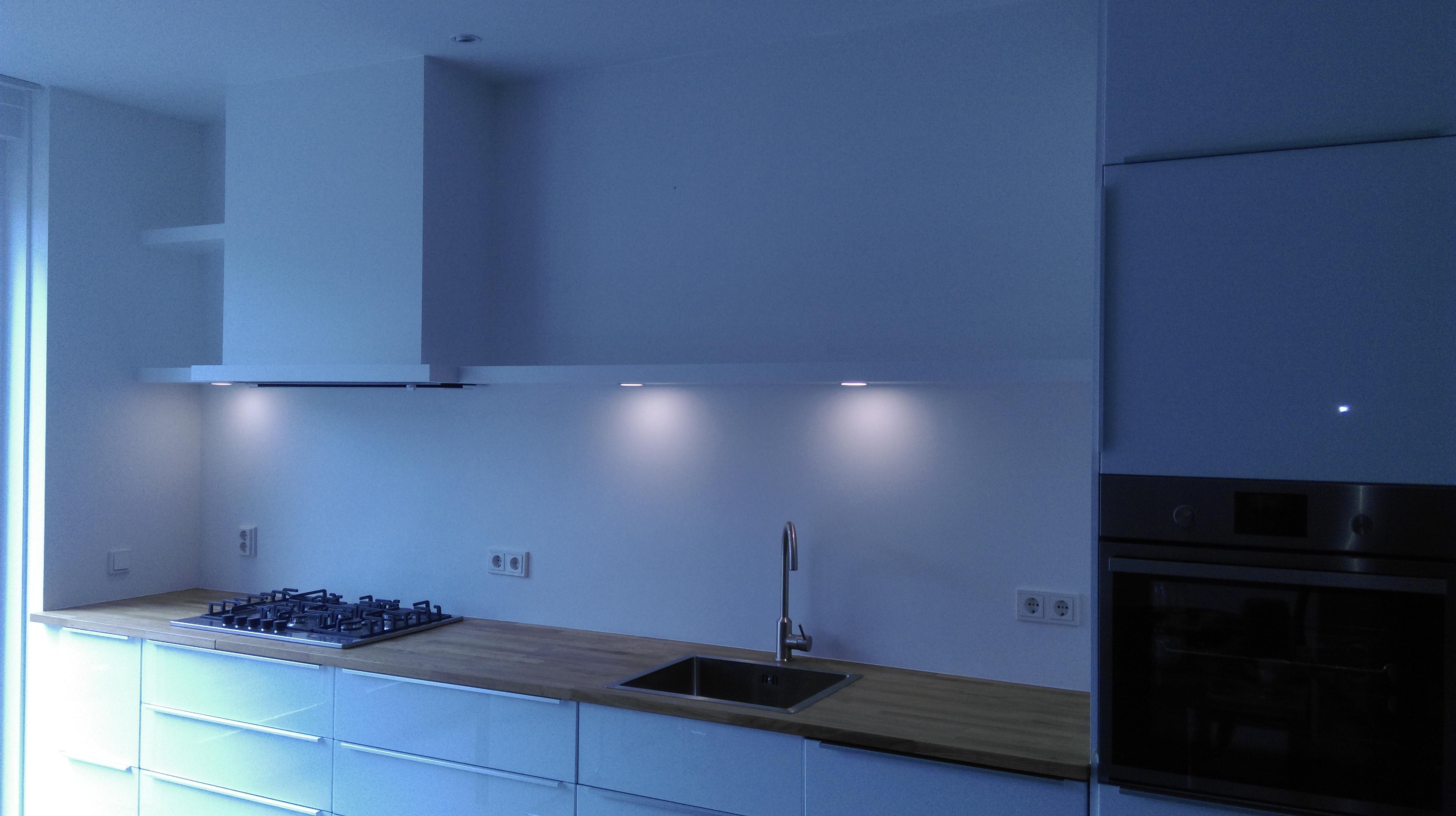 Inbouw afzuigkap met planken en LED verlichting