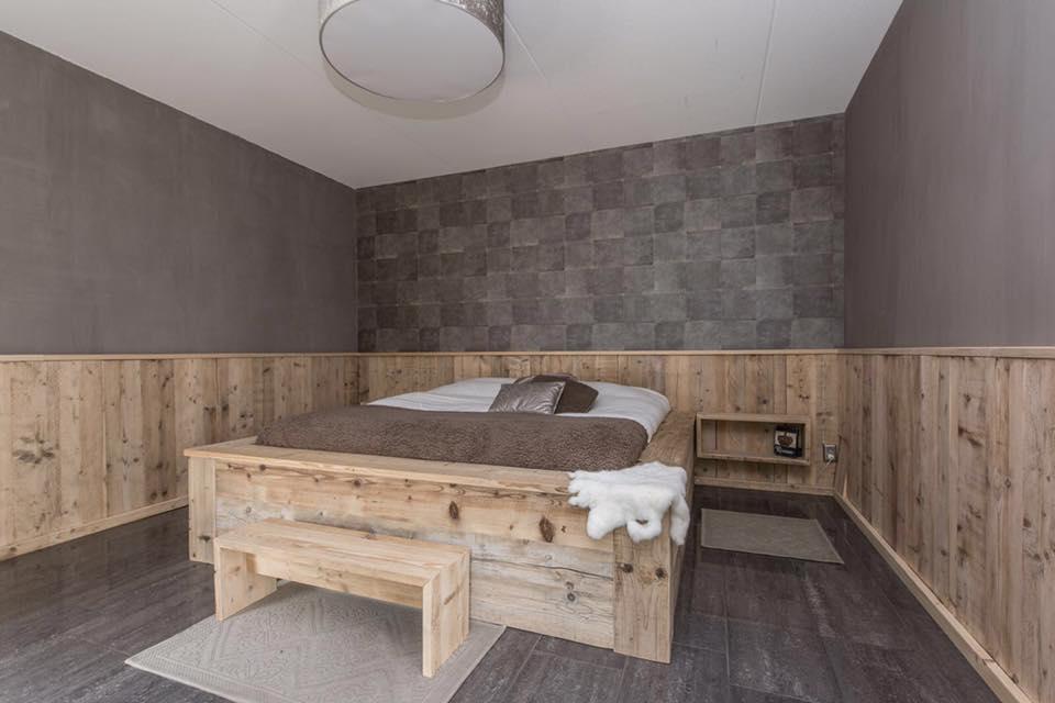 Steigerhouten 2-persoons bed met lambrisering