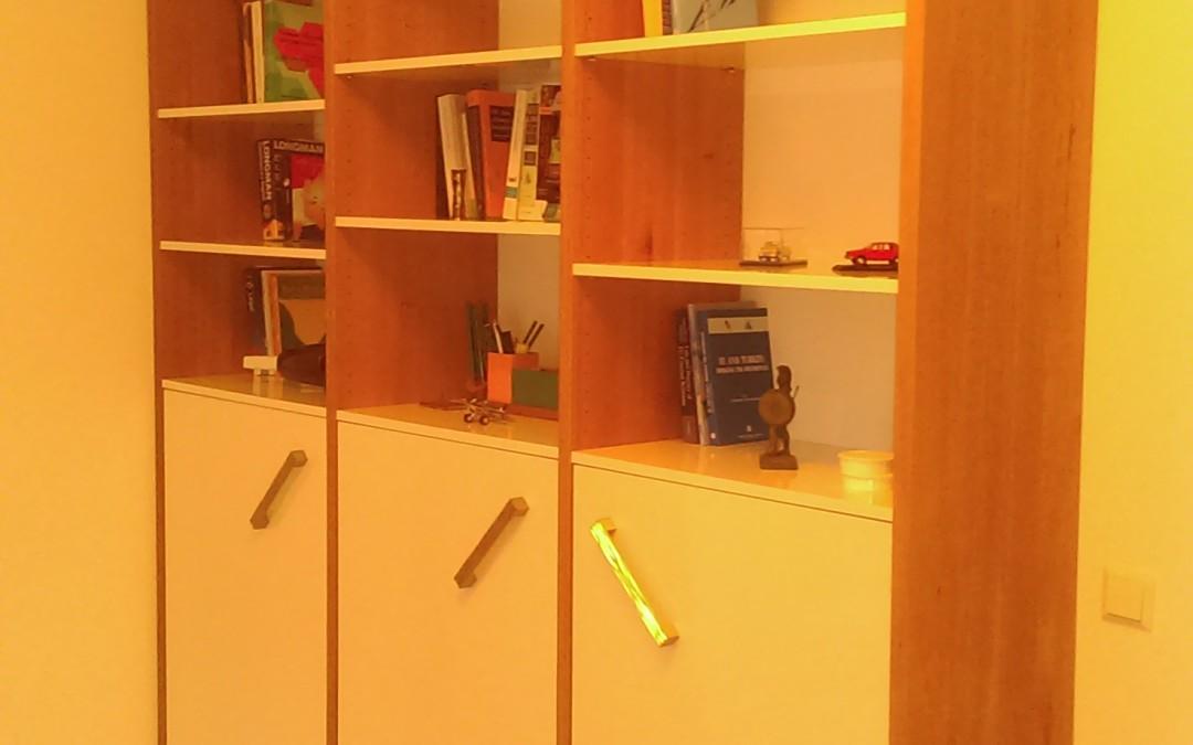 Massief eiken boekenkast met hoogglans deuren, schappen en ingebouwde lades