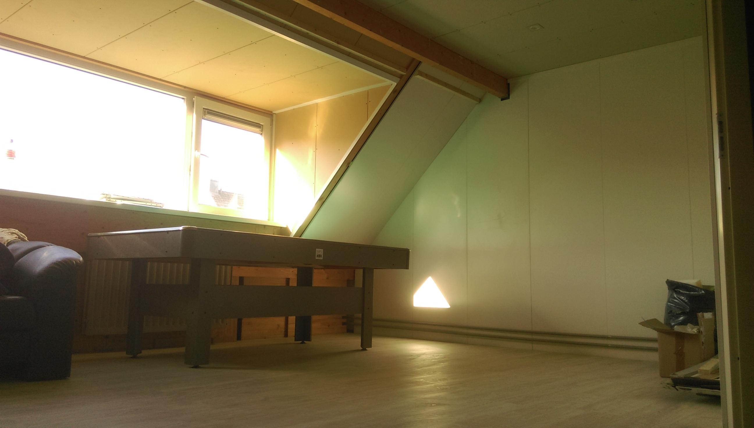 Zolderkamer aangepast voor werkruimte