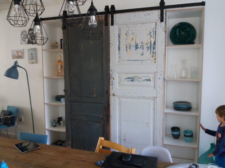 Wandkast met antieke deuren