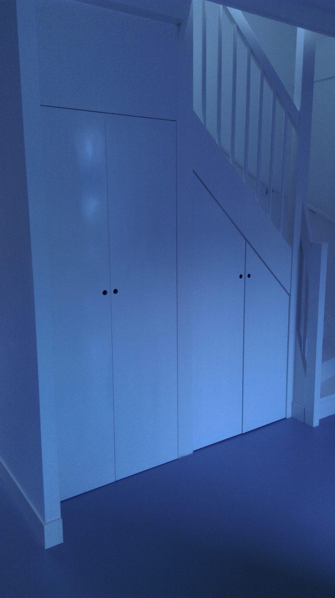Open ruimte onder trap voorzien van deuren